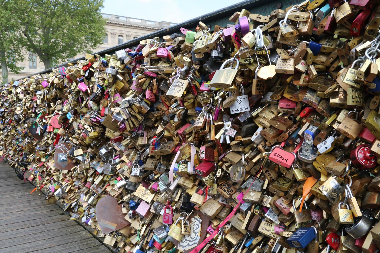 """Petycja przeciw tradycji paryskich """"kłódek zakochanych"""""""