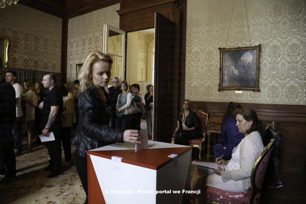 Kilka zdjęć z pierwszej tury wyborów prezydenckich w Paryżu