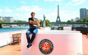 Zwycięzca Rolanda Garrosa Rafael Nadal z pucharem