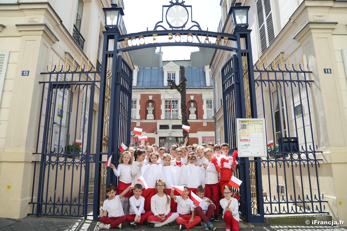 Dzień Flagi Rzeczypospolitej Polskiej w Polskiej Szkole w Paryżu (fotoreportaż)