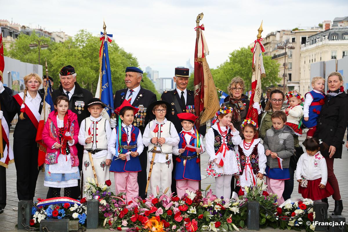 Dzień Flagi Rzeczypospolitej Polskiej pod Łukiem Triumfalnym w Paryżu (fotoreportaż)