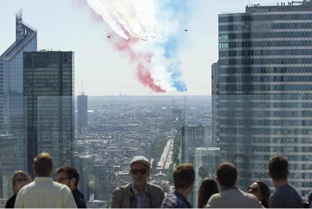 14 lipca na tarasie widokowym Wielkiego Łuku La Défense
