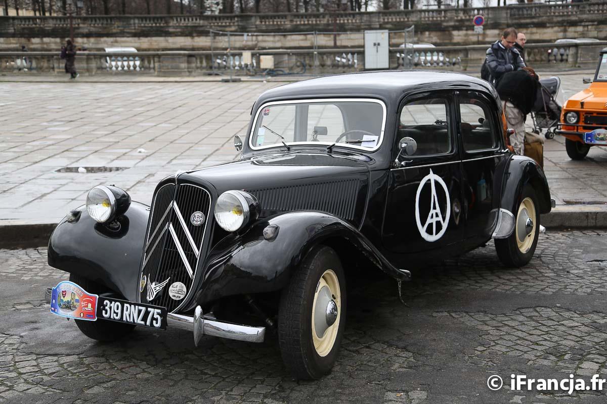 Przejazd zabytkowych samochodów przez Paryż