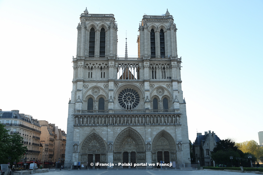 Ostatni dzwonek, by wejść na wieżę katedry Notre-Dame wieczorem