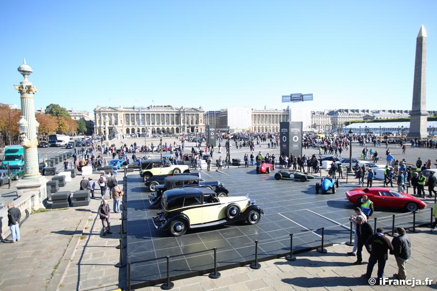 Parada zabytkowych samochodów na placu Concorde