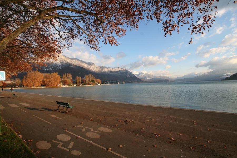 Najniższy od 70 lat poziom wody w jeziorze Annecy