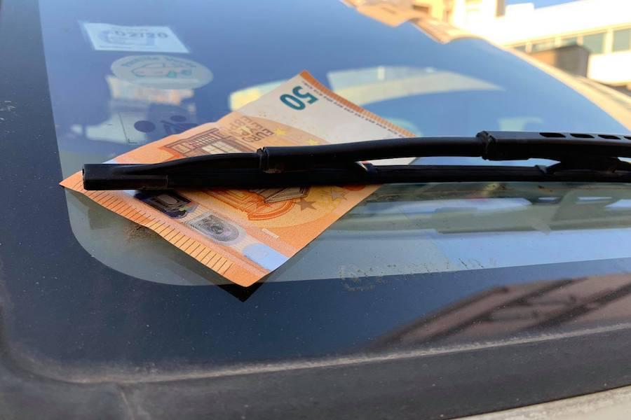 Kradzież na przynętę – czyli zgubne 50 euro za wycieraczką samochodu