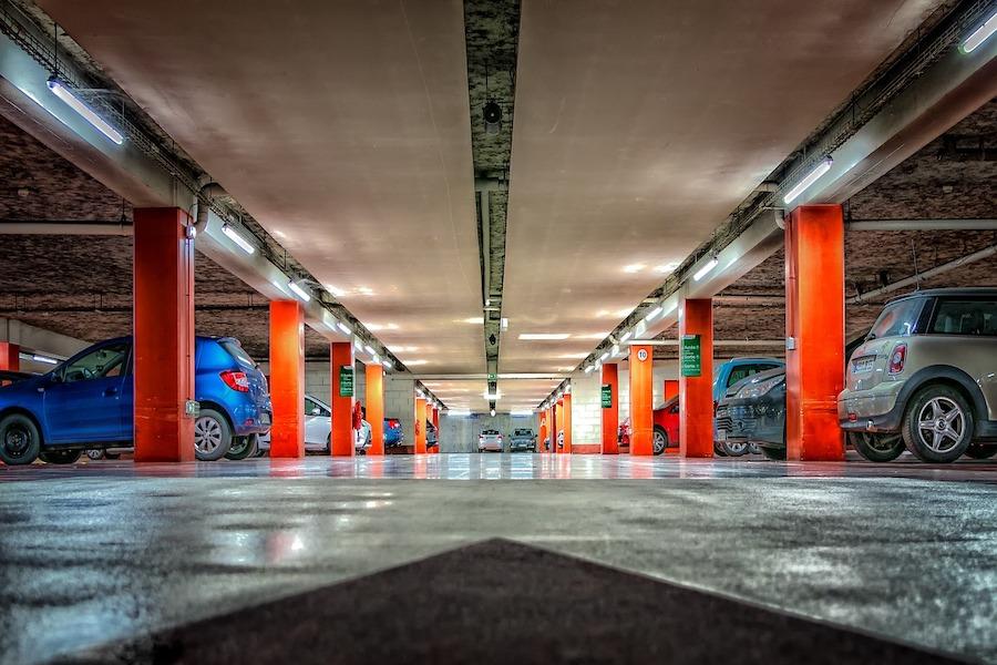 """Parkingi w systemie """"zaparkuj i kontynuuj komunikacją publiczną"""" na obrzeżach Paryża"""