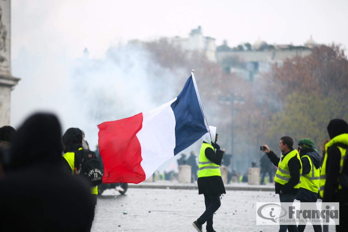 """Nieczynne stacje metra w sobotę z powodu manifestacji """"żółtych kamizelek"""" w Paryżu"""