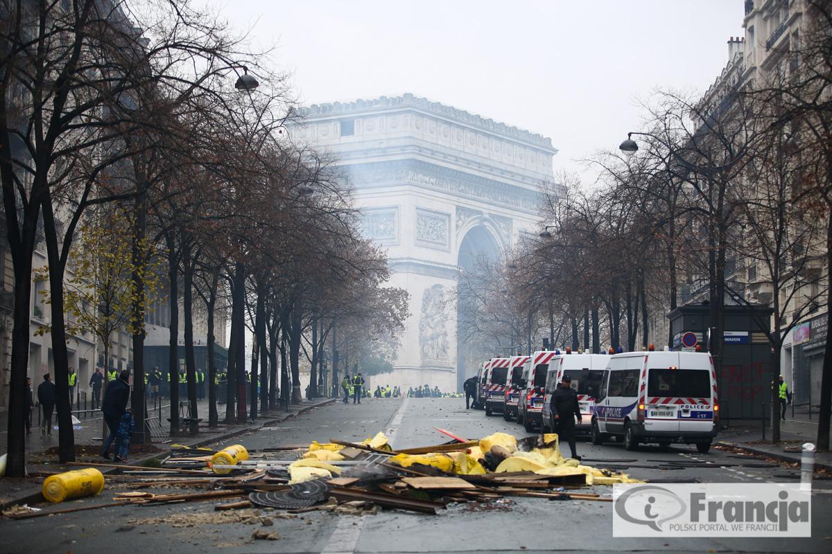 """Protesty """"żółtych kamizelek"""" w Paryżu: zamieszki, grabieże sklepów i starcia z policją"""
