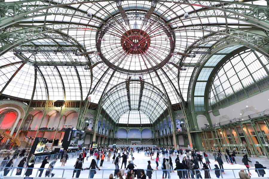 Lodowisko pod szklaną kopułą Wielkiego Pałacu w Paryżu