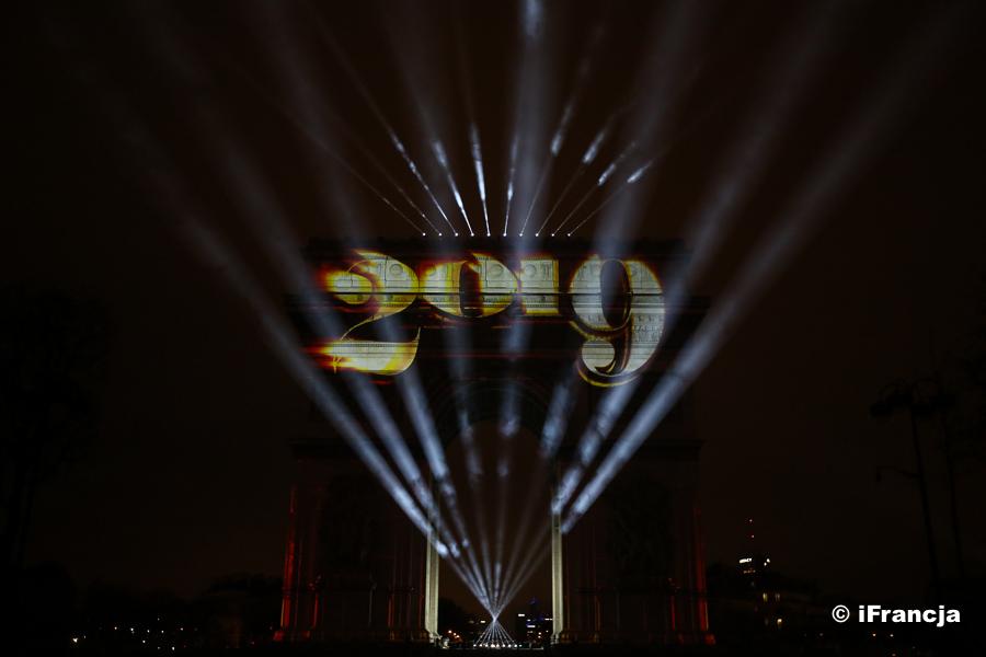 Spektakl na Polach Elizejskich na powitanie Nowego Roku