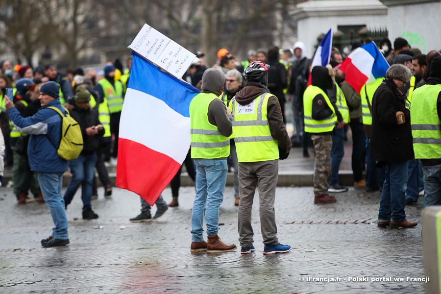 """Sondaż: Ponad połowa Francuzów chce zakończenia protestów """"żółtych kamizelek"""""""