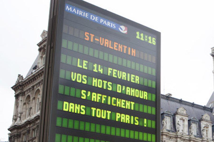 Walentynkowe życzenia na tablicach informacyjnych Paryża