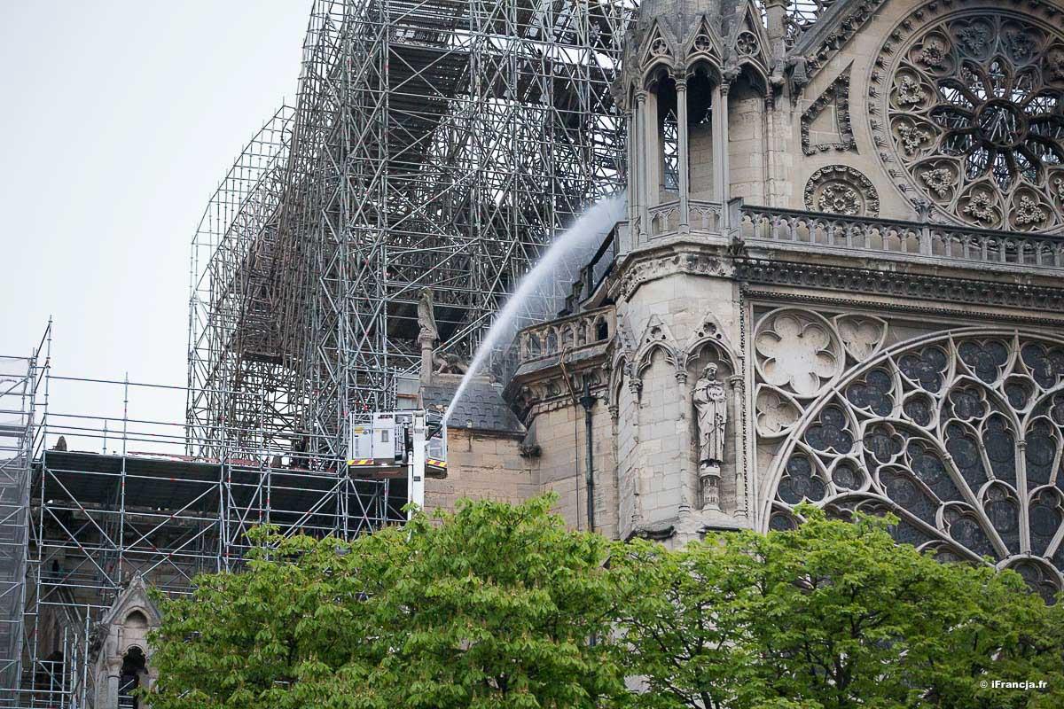 Pożar katedry Notre Dame: Pracownicy, mimo zakazu palili papierosy na rusztowaniach