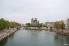"""Tłumy zwiedzających w """"wiosce rzemieślników"""" odbudowujących Notre-Dame"""