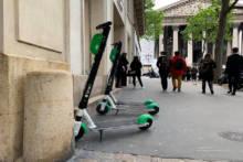 Koniec parkowania hulajnóg na chodniku