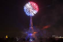 14 lipca – Fajerwerki przy wieży Eiffla z okazji Dnia Bastylii we Francji