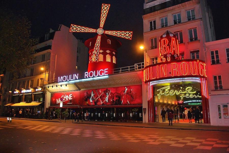 Kino plenerowe na dachu Moulin Rouge