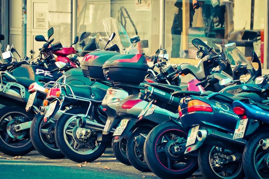 Od przyszłego roku wejdą w życie opłaty za parkowanie motocykli i skuterów w Paryżu