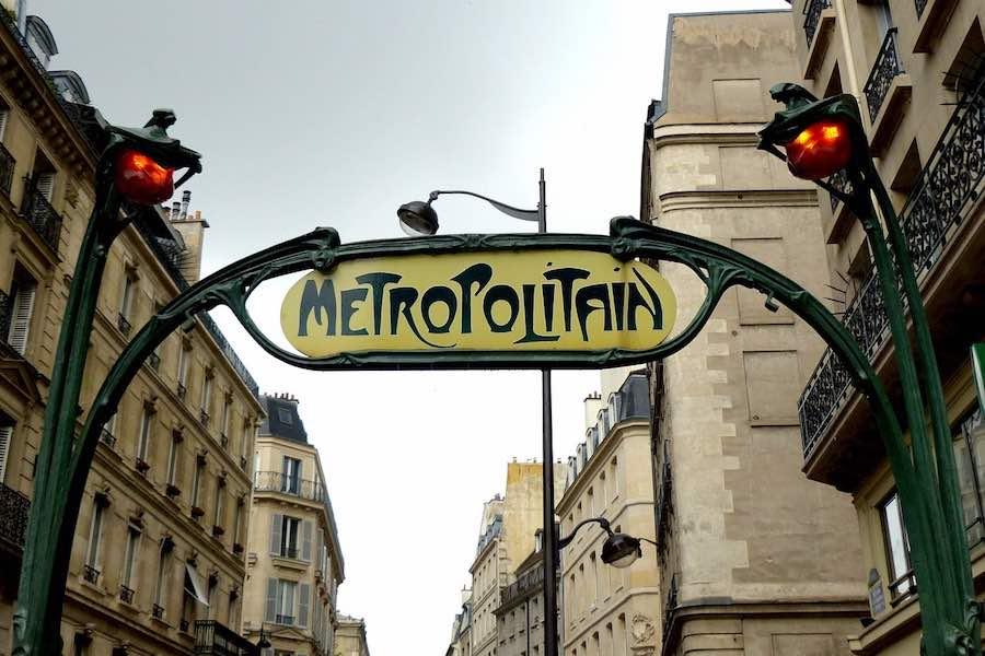 Specjalne oznaczenia w paryskim metrze i autobusach w związku z koronawirusem