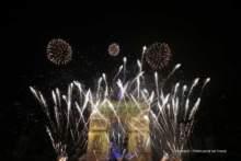 Spektakl światła i dźwięku na fasadzie Łuku Triumfalnego w Paryżu , na powitanie Nowego Roku.