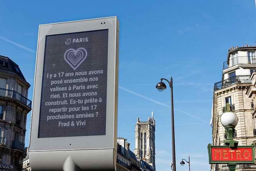Życzenia walentynkowe na paryskich tablicach informacyjnych