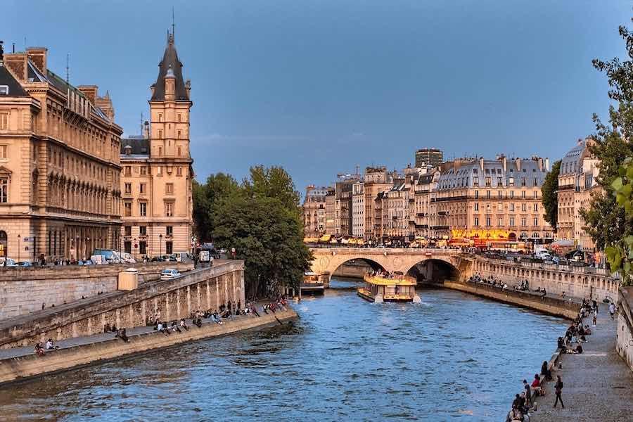 Skazani na wolność – Paryski nie-co-dziennik