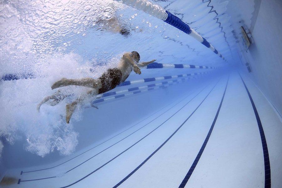 Francja przymierza się do otwierania basenów