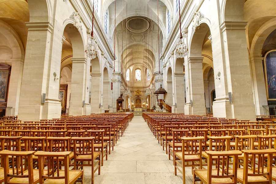 Po ataku w kościele w Nicei zwolniono 3 podejrzanych; wierni modlą się pod ochroną