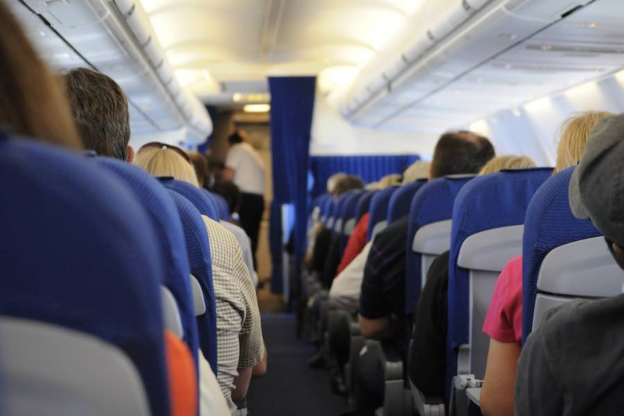 Rząd nie wprowadzi obowiązku zachowania dystansu społecznego w samolotach