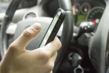 Zatrzymanie prawa jazdy za popełnienie wykroczenia drogowego w trakcie korzystania z telefonu komórkowego