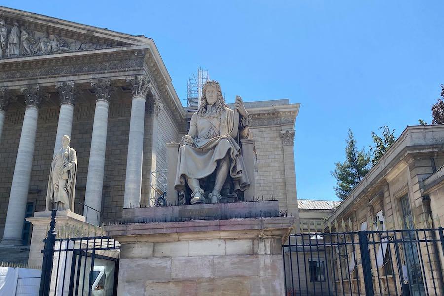 Zdewastowano pomnik Colberta przed Zgromadzeniem Narodowym w Paryżu