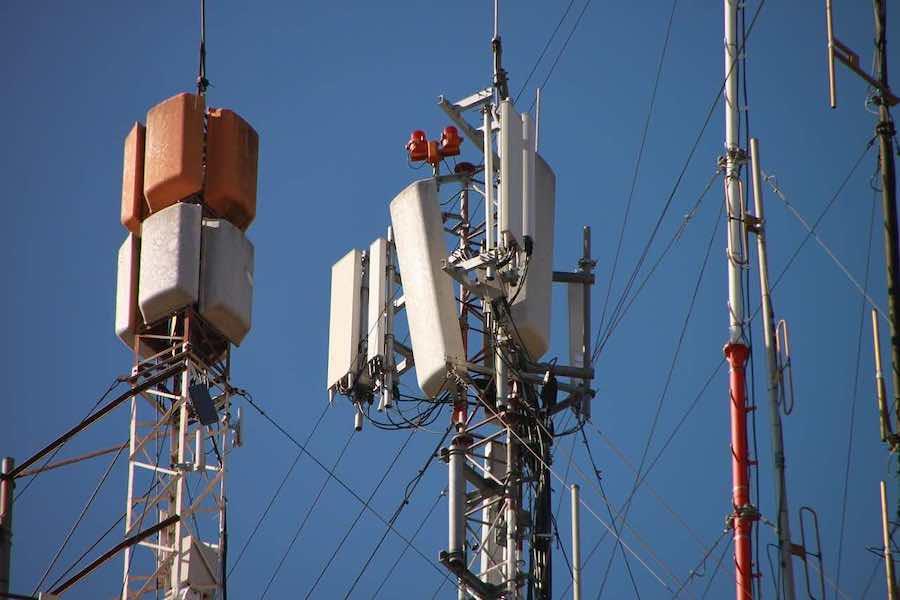 Wdrażanie sieci 5G: Dwoje ministrów prosi, by poczekać na wyniki analiz Anses