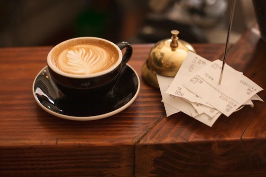 W Paryżu znów można wypić kawę przy barze