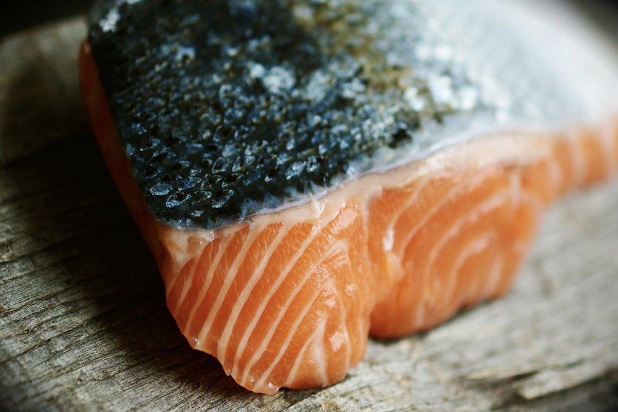 Partie łososia wycofane z obrotu przez trzy francuskie markety
