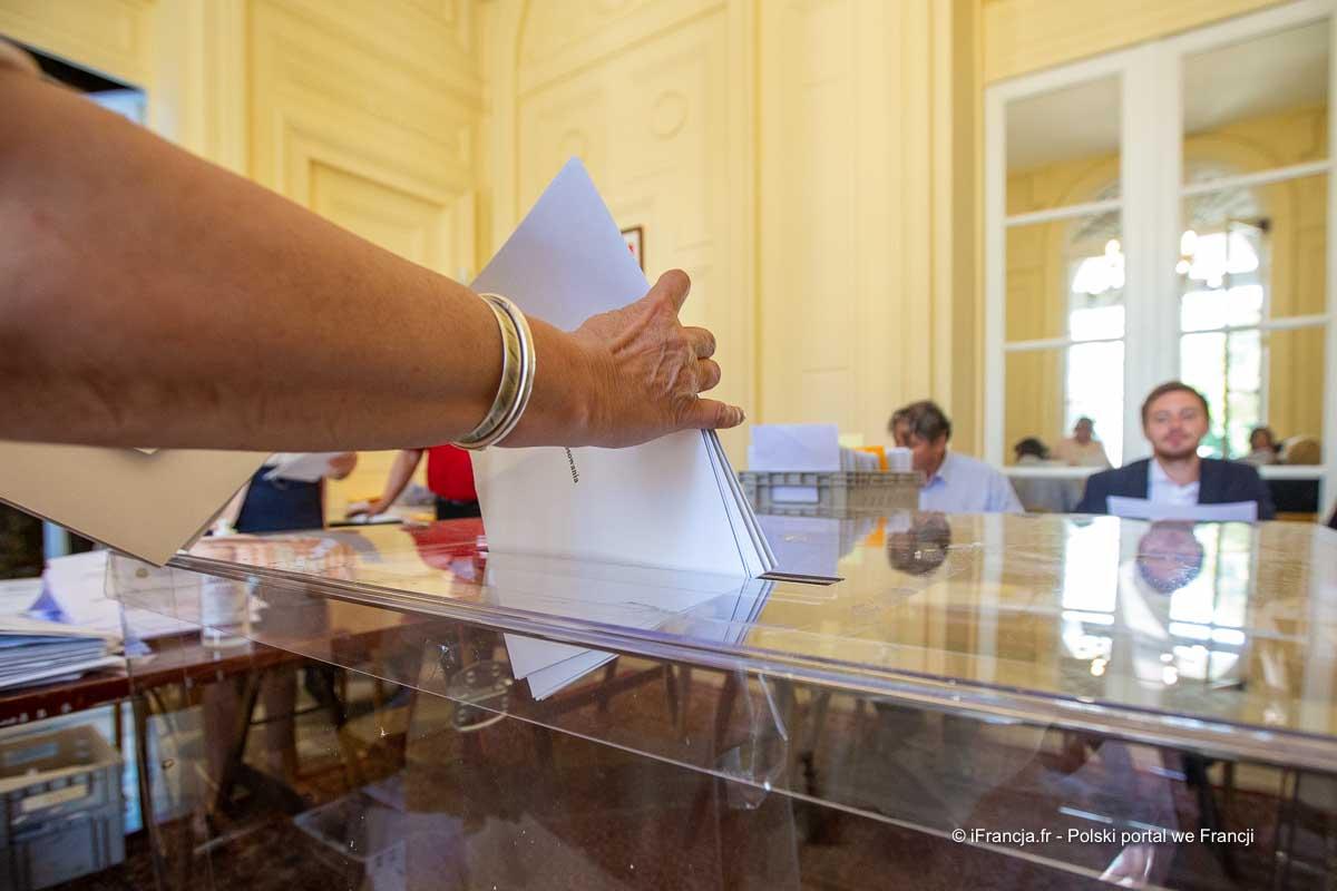 Sondaż: publicysta Zemmour i prezydent Macron w drugiej turze wyborów prezydenckich