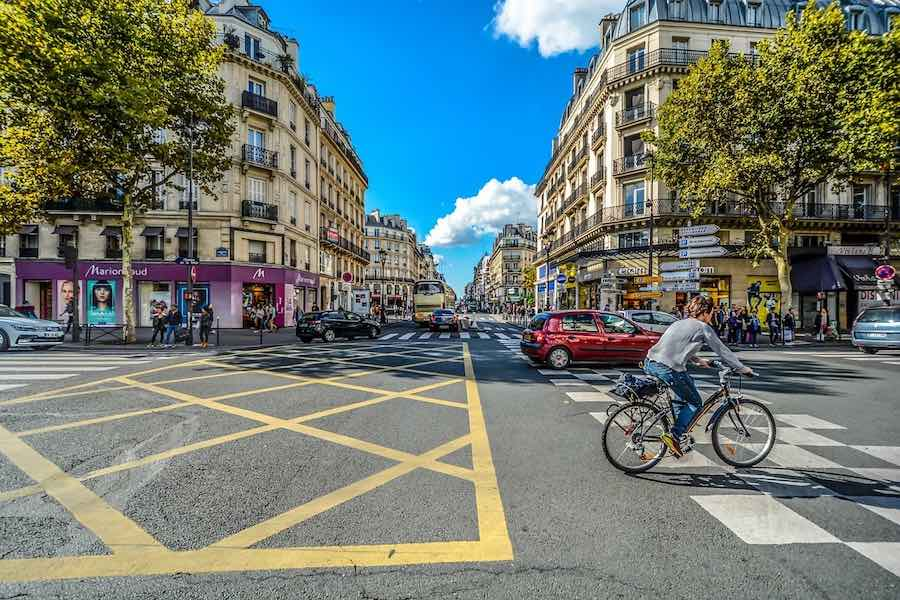 Coraz więcej ścieżek rowerowych w Paryżu, kierowcy protestują