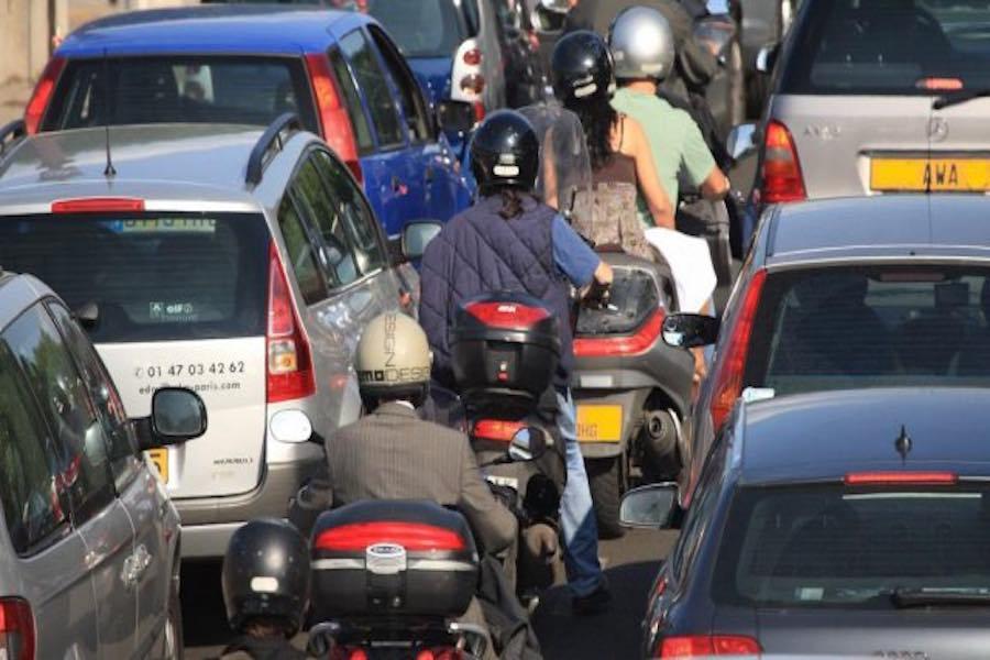 Rusza kolejny eksperyment jazdy między dwoma pasami ruchu w 21 departamentach