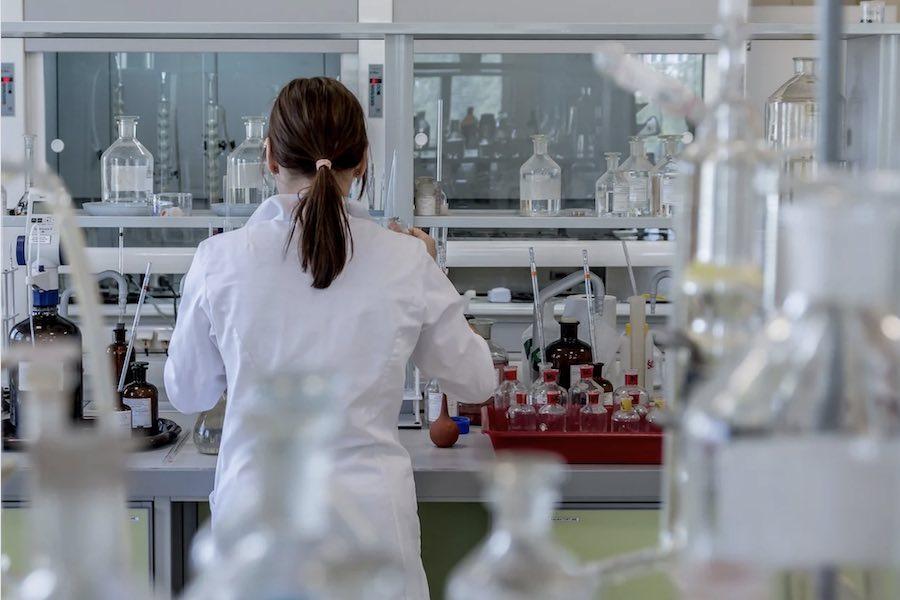Covid-19: Kobiety dłużej odporne na koronawirusa niż mężczyźni