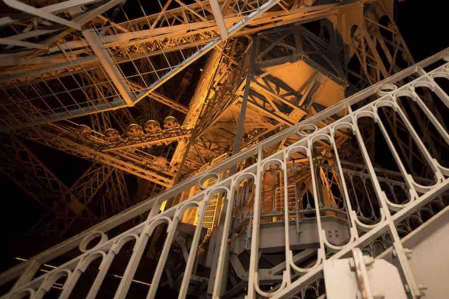 Fragment zabytkowych schodów wieży Eiffla wystawiony na aukcji