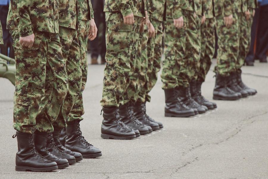 Lider skrajnej lewicy chce przywrócić obowiązkową służbę wojskową