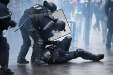 MSW: 67 policjantów rannych podczas sobotnich zamieszek; prawie 100 osób zatrzymano