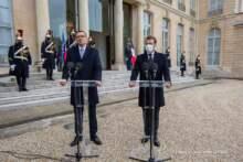 Prezydent Macron i premier Morawiecki chcą zwiększenia produkcji szczepionek w UE