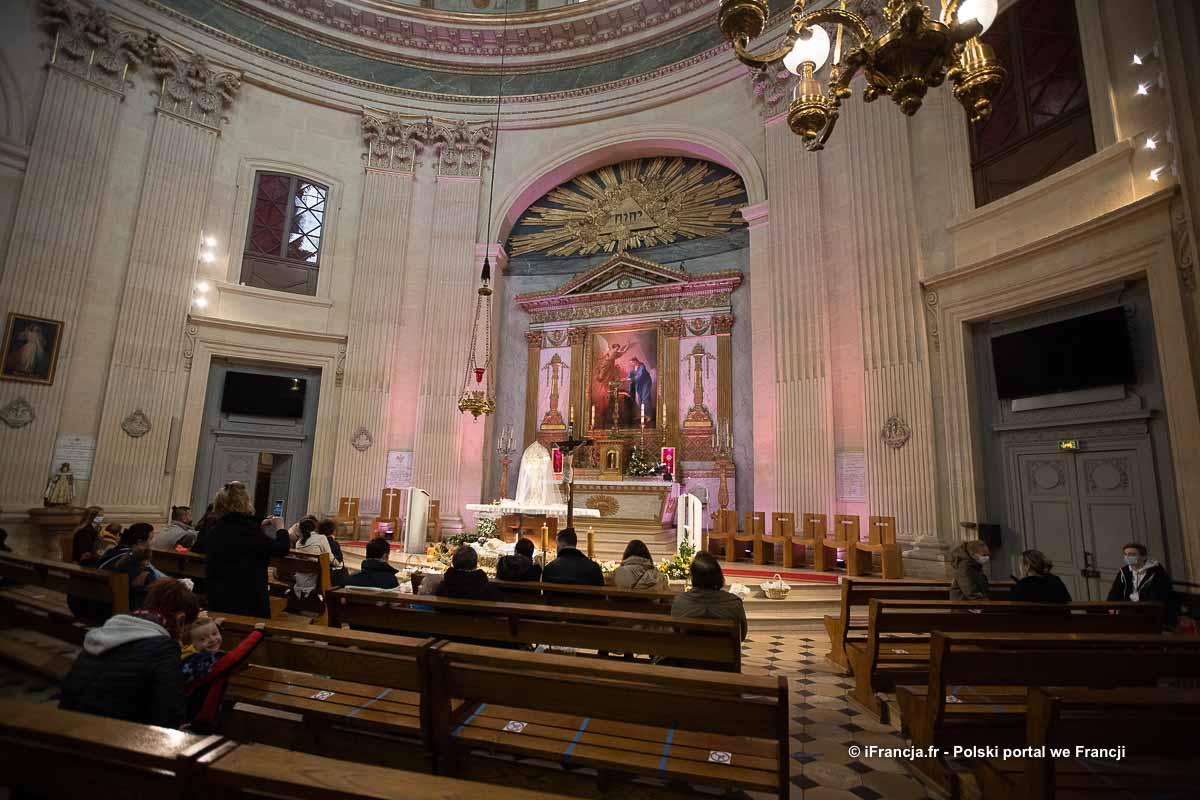 Święcenie pokarmu w kościele WNMP w Paryżu