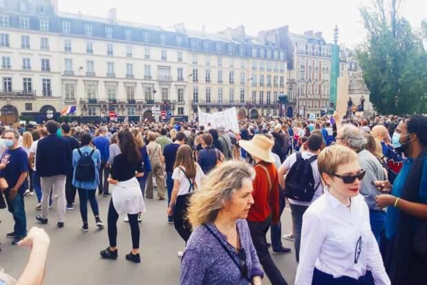 Kilkadziesiąt tysięcy osób protestowało dziś przeciwko certyfikatom sanitarnym