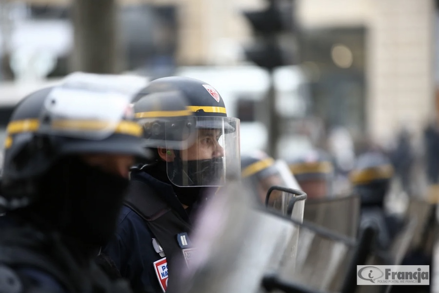 Aktualizacja: Policja użyła gazu łzawiącego podczas manifestacji przeciw paszportom sanitarnym